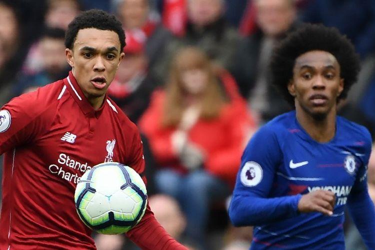 Trent-Alexander Arnold dibayang-bayangi Willian dalam pertandingan Liverpool vs Chelsea dalam lanjutan Liga Inggris di Stadion Anfield, 14 April 2019.