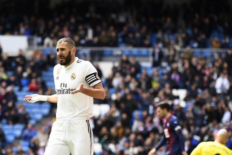 Reaksi Karim Benzema seusai golnya pada laga Real Madrid vs Eibar dalam lanjutan Liga Spanyol di Stadion Santiago Bernabeu dianulir wasit, 6 April 2019.