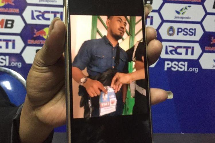 Id card yang digunakan oleh salah satu oknum official PSM Makassar yang ditangkap Provost Polres Pamekasan, karena kepemilikan senjata api saat pertandingan sepak bola di Stadion Gelora Ratu Pameliingan Pamekasan, Ahad (7/6/219).