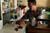 Cerita Asdi, Menjemput Rezeki sebagai Tukang Isi Ulang Korek Gas