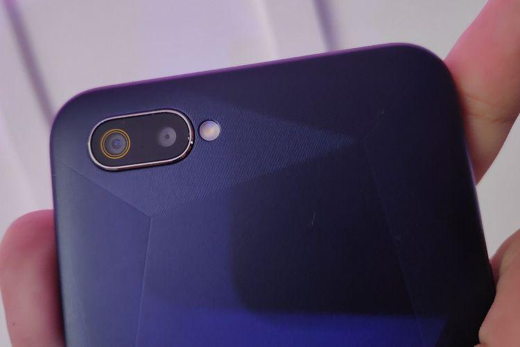 Pada bagian belakang Realme C2, terpatri dua buah kamera yang masing-masing memiliki resolusi 13 megapiksel (f/2.2) dan 2 megapiksel (f/2.4) sebagai lensa depth sensor untuk membantu kinerja efek bokeh. Ada pula modul LED flash yang terletak di sebelah deretan kamera ganda.