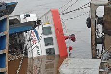 6 Truk Berisi Karet Mentah dan Besi Bekas yang Tenggelam bersama Kapal Feri SeLuang Belum Dievakuasi