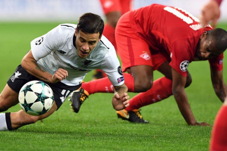 Dua pemain Brasil, Coutinho dan Fernando, berebut bola pada pertandingan Liga Champions antara Spartak Moskva dan Liverpool di Moskwa, Selasa (26/9/2017).