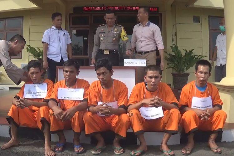 Kelima tersangka pembunuhan terhadap Sukirman, ditampilkan di hadapan wartawan, Rabu (12/6/2019)