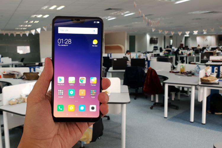 Tampak muka Mi 8 Lite. Ponsel ini memiliki notch di bagian atas yang membungkus kamera selfie sebesar 24 megapiksel.