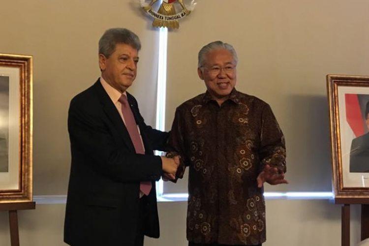 Menteri Perdagangan Enggartiasto Lukita (kanan) dan Duta Besar Palestina untuk Indonesia Zuhair Al Shun saat menyampaikan keterangan pers mengenai perjanjian perdagangan Indonesia dengan Palestina di kantor Kemendag, Jakarta Pusat, Rabu (23/5/2018).