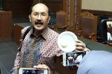 Kesal Merasa Diejek Jaksa, Fredrich Yunadi Bawa Bakpao ke Persidangan