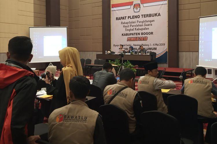 Suasana rapat pleno terbuka rekapitulasi perhitungan hasil perolehan suara tingkat Kabupaten Bogor, Selasa (7/5/2019).