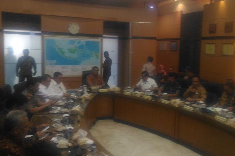 Menteri Koordinator Politik, Hukum, dan Keamanan (Menko Polhukam), Wiranto, menggelar rapat koordinasi terbatas tingkat menteri di Gedung Kemenko Polhukam, Jakarta Pusat, Jumat (19/7/2019).