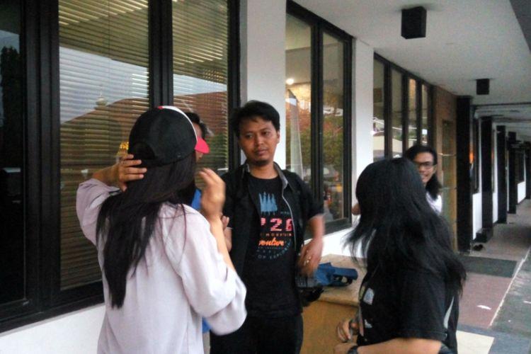 Seorang perempuan yang jadi korban pelecehan seksual (baju putih) mendatangi Mapolres Kota Depok, Selasa (12/9/2017). Ia datang untuk melaporkan pelecehan seksual yang dialaminya saat melintas di Jalan Pinang yang berlokasi di kawasan Margonda, Depok sehari sebelumnya.