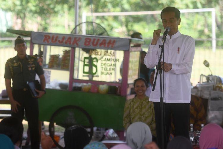 Presiden Joko Widodo berdialog dengan pelaku UMKM nasabah Mekaar binaan Permodalan Nasional Madani (PNM) di Lapangan Cepoko, Kecamatan Panekan, Kabupaten Magetan, Jawa Timur, Jumat (1/2/2019). Menurut Presiden Joko Widodo, untuk menjalankan usaha secara sukses dibutuhkan tiga hal yaitu jujur, disiplin dan kerja keras. ANTARA FOTO/Akbar Nugroho Gumay/nz.
