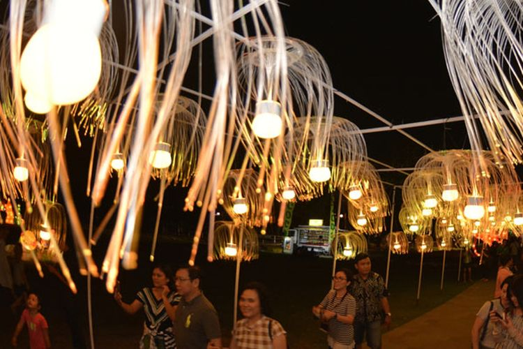 Warga mengunjungi Nusa Dua Light Festival 2018 di Badung, Bali, Senin (11/6/2018). Festival lampion bertema Underwater Light tersebut merupakan salah satu daya tarik wisata di kawasan Nusa Dua selama musim libur panjang lebaran yang menargetkan kunjungan 2.500 orang per hari.