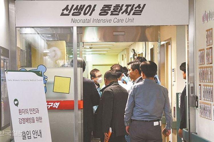 Polisi menggeledah Pusat Medis Universitas Putri Ewha di Seoul, 19 Desember 2017, setelah empat bayi yang baru lahir meninggal dunia.