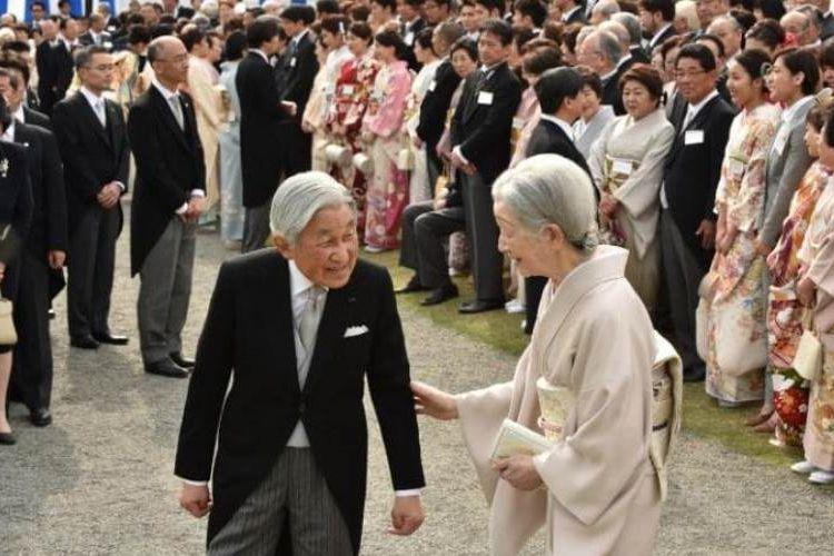 Kaisar Akihito dan istrinya, Michiko.