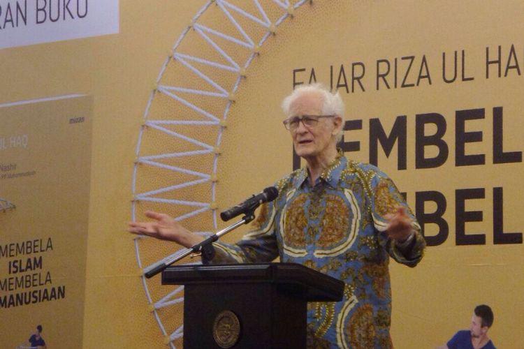 Rohaniwan Katolik Franz Magnis Suseno Saat berbicara dalam peluncuran buku Mantan Direktur Maarif Institute Fajar Riza Ul Haq berjudul Membela Islam, Membela Kemanusiaan di auditorium CSIS, Jakarta Pusat, Rabu (18/10/2017) malam.