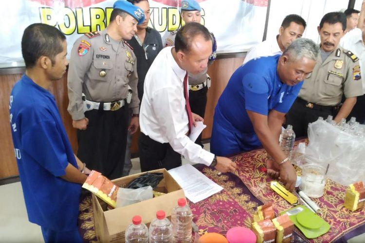 Satreskrim Polres Kudus, Jawa Tengah menggelar jumpa pers terkait penggerebekan dua lokasi pabrik arak Kudus di wilayah hukumnya, Senin (3/12/2018).