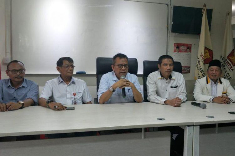 Ketua DPD Partai Gerindra DKI Jakarta Mohamad Taufik (ketiga dari kiri) dan Ketua DPW PKS DKI Jakarta Syakir Purnomo (keempat dari kiri) saat melakukan konferensi pers di kantor DPD Gerindra DKI, Jalan Letjend Suprapto, Kemayoran, Jakarta Pusat, Senin (5/11/2018) sore.