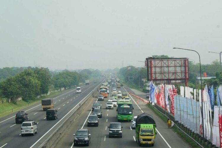 Penyempitan jalan dari kondisi normal di KM 38 menjadi penyebab kemacetan di Tol Jakarta-Cikampek, Sabtu (9/6/2018).
