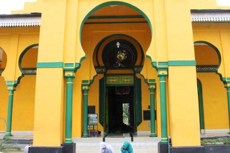 Warna kuning dengan irisan hijau mendominasi bangunan masjid(KOMPAS.com / Mei Leandha)