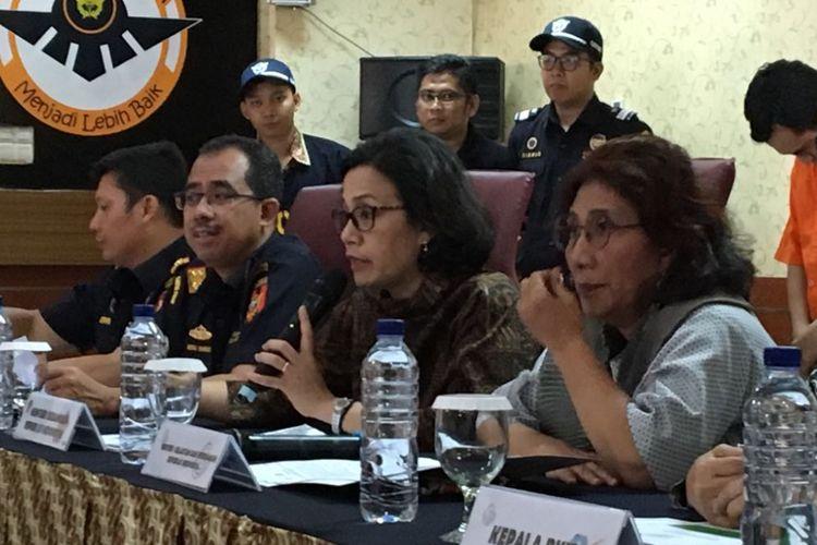 Menteri Keuangan Sri Mulyani Indrawati bersama Menteri Kelautan dan Perikanan Susi Pudjiastuti saat menghadiri konferensi pers pengungkapan kasus penyelundupan 71.982 ekor baby lobster di kantor Bea dan Cukai Bandara Soekarno-Hatta, Tangerang, Jumat (23/2/2018).