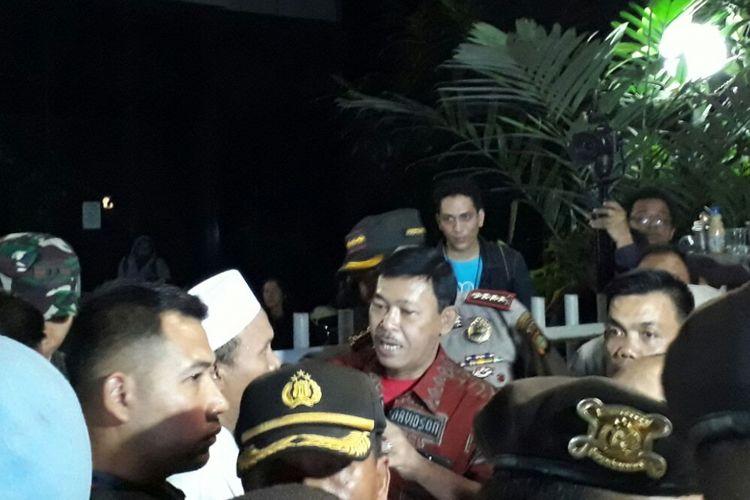 Kapolda Metro Jaya Irjen Pol Idham Aziz (batik merah) berusaha menenangkan massa yang demonstrasi di depan Gedung YLBHI, Minggu (17/9/2017) malam.