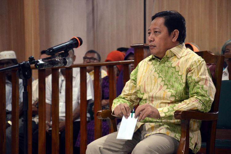 Ahmad Hidayat Mus saat menjadi terdakwa dan menjalani sidang pembacaan putusan perkara dugaan korupsi Masjid Raya Sula, di Pengadilan Tipikor Ternate, Maluku Utara, Selasa (13/6/2017)