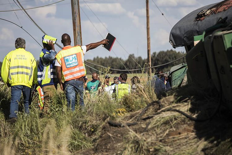 Petugas inspeksi Agensi Kereta Api Penumpang Afrika Selatan (PRASA) tengah memeriksa lokasi kecelakaan kereta yang terjadi pada Kamis (4/1/2018) lalu. Enam hari setelahnya, insiden kereta kembali terjadi di stasiun di Germinston.