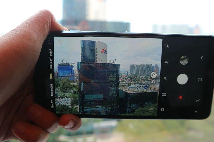 Kamera belakang Samsung Galaxy A7 dengan mode auto yang bisa dengan mudah memindahkan fitur dari kamera biasa ke wide-angle.