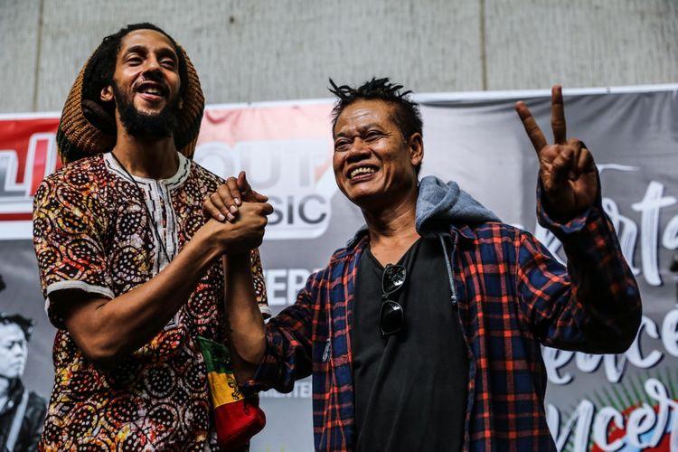 Julian Ricardo Marley dan Tony Q Rastafara berpose jelang konsernya di Jakarta Peace Concert 2017 di Jakarta, Rabu (15/11/2017). Konser  Jakarta Peace Concert ini juga menampilkan band dari Bahaya Records, yaitu Gangstarasta serta beberapa musisi ternama lainnya di genre reggae seperti Tony Q Rastafara, Ras Muhammad, Nd White, Aray Daulay, Bastian, Reynold dan lainnya yang memiliki banyak penggemar. KOMPAS.com/GARRY ANDREW LOTULUNG