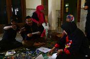 Petugas Coklit di Gresik Kenakan Pakaian Khas ala Jawa Timuran