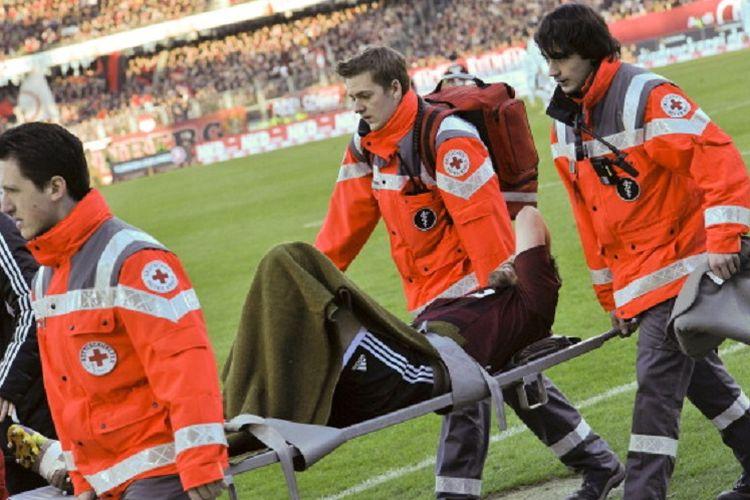 Ilustrasi tim medis dalam pertandingan sepak bola.