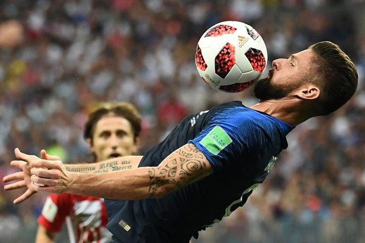 Pemain Perancis Olivier Giroud mengontrol bola saat melawan Kroasia pada laga babak final Piala Dunia 2018 di Stadion Luzhniki, Moskwa, Minggu (15/7/2018) atau Senin dini hari WIB. Perancis mengulangi kesuksesan 20 tahun lalu dan keluar sebagai juara Piala Dunia 2018 usai menundukkan Kroasia dengan skor 4-2.