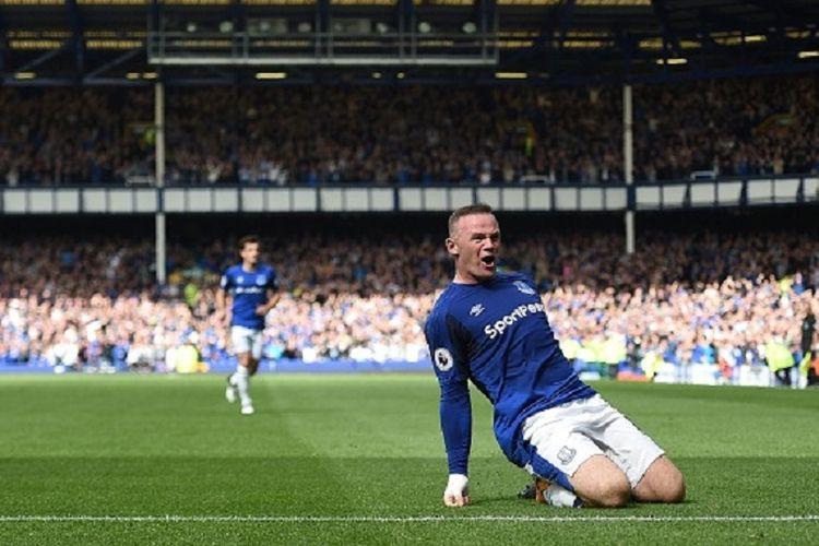 Wayne Rooney merayakan gol Everton ke gawang Stoke pada pertandingan Premier League di Goodison Park, Sabtu (12/8/2017).