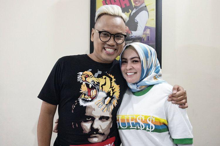 Pembawa acara Uya Kuya dan sang Istri, Astrid Khairunisha saat ditemui di acara Belanja Buku 100 Anak Yatim dan Buka Puasa Bersama Trans 7 di Kawasan Tendean, Jakarta Selatan, Rabu (6/6/2018).