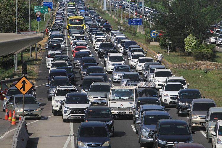 Kendaraan pemudik memadati jalur tol Palikanci, Tegalkarang, Cirebon, Jawa Barat, Minggu (9/6/2019). Pada puncak balik H+4 Lebaran 2019, jalur tol Palimanan-Kanci (Palikanci) mengalami peningkatan volume kendaraan pemudik menuju Jakarta.