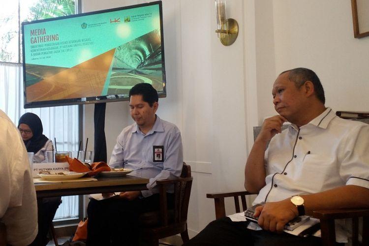 Kepala Badan Pengatur Jalan Tol Herry TZ (kanan) dalam jumpa pers di Jakarta, Rabu (11/7/2018).