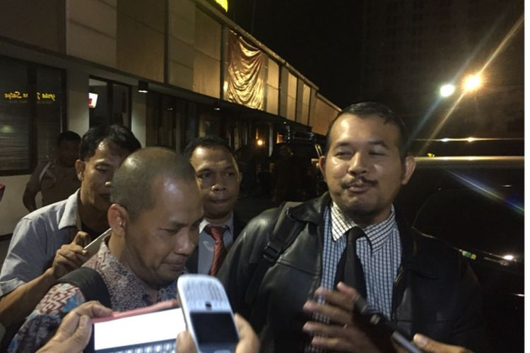 Harry Prianto, Mantan Sekda Depok (kiri) di Polresta Depok, Jalan Margonda Depok, Rabu (12/9/2018).