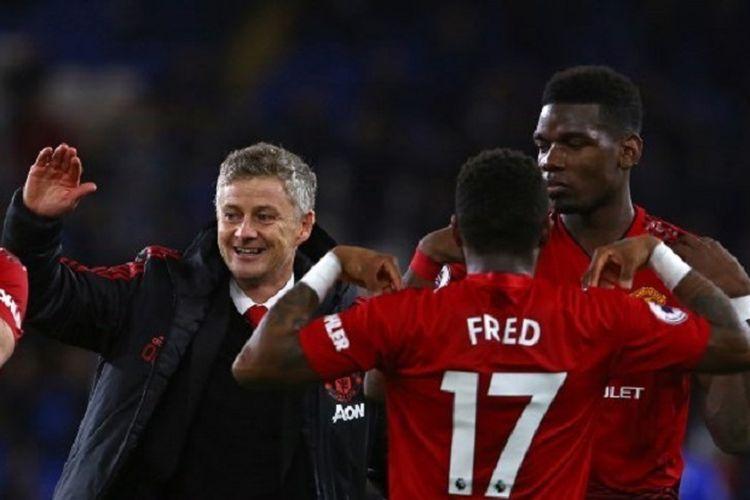 Ole Gunnar Solskjaer merayakan kemenangan bersama Paul Pogba dan Fred seusai laga Cardiff City vs Manchester United dalam lanjutan Liga Inggris, 22 Desember 2018.