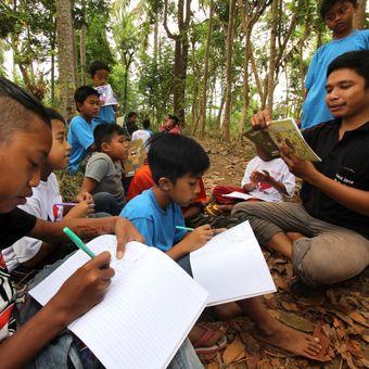 Relawan mendampingi anak-anak menulis proses mencapai cita-citanya di sekolah alam Kampung Batara di Papring, Banyuwangi, Jawa Timur, Minggu (24/9). Kegiatan edukasi tersebut bertujuan untuk memperkuat literasi pada anak-anak sekolah alam yang terletak di pinggir hutan produksi perhutani. ANTARA FOTO/Budi Candra Setya/foc/17.