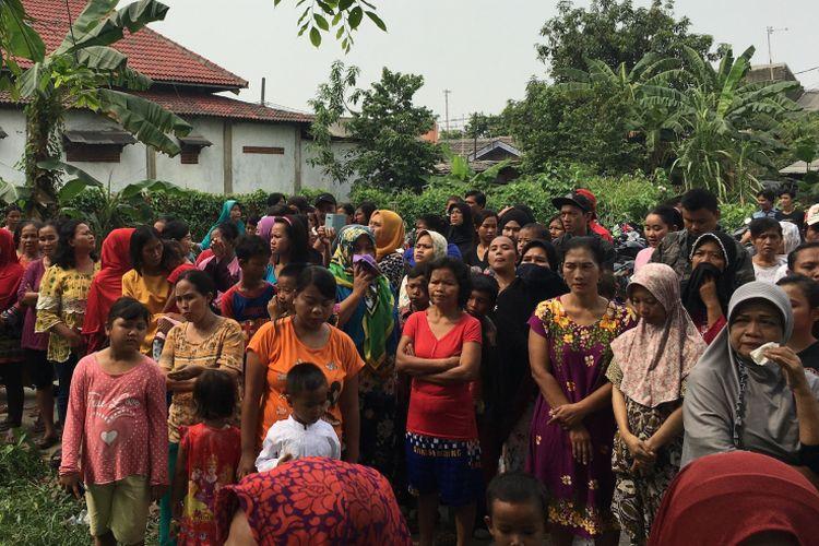 Situasi di Pemakaman MA saat dilakukan otopsi di TPU Kedondong, Kampung Harapan Baru, Desa Cikarang Kota, Kecamatan Cikarang Utara, Kabupaten Bekasi, Rabu (9/8/2017).