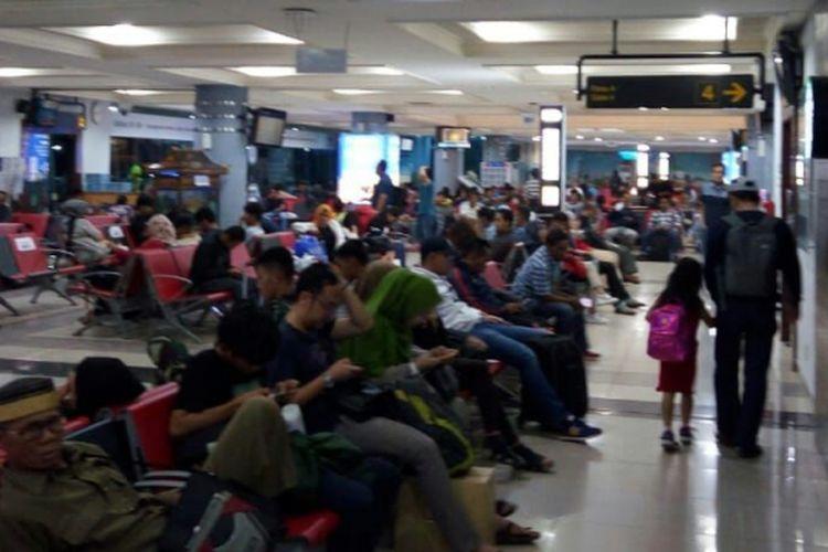 Suasana di Bandara Sultan Mahmud Badaruddin II Palembang, selama arus mudik