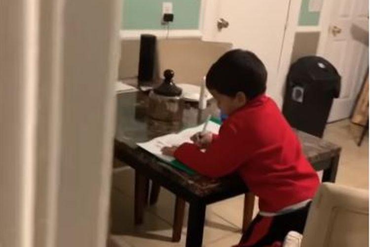 Anak kerjakan PR matematika dengan bantuan Alexa
