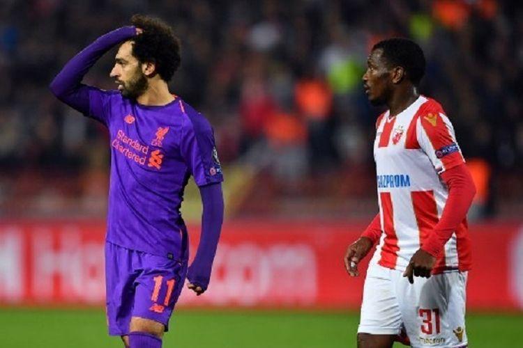Mohamed Salah (kiri) dan El Fardou Nabouhane menunjukkan ekspresi berbeda pada laga Red Star vs Liverpool di Stadion Rajko Mitic pada lanjutan Liga Champions, 6 November 2018.