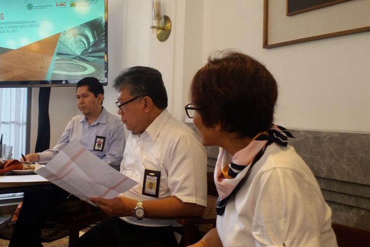 Kepala Subdirektorat Mitigasi Risiko APBN Direktorat Jenderal Pengelolaan Pembiayaan dan Risiko Kementerian Keuangan Riko Amir (kiri) dan anggota BPJT Kementerian PUPR, Koentjahjo Pambudi (tengah), dalam jumpa pers di Jakarta, Rabu (11/7/2018).