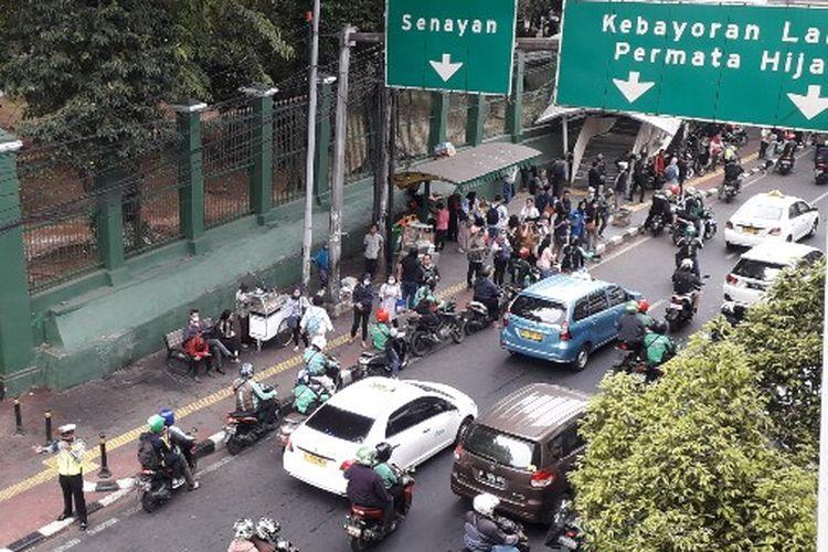 Kepadatan kendaraan di pintu timur Stasiun Palmerah, Jakarta Pusat, Rabu (19/9/2018), disebabkan oleh ojek online, bus Kopaja, ojek pangkalan, dan kendaraan pribadi.