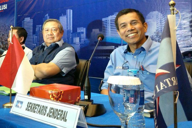 Ketua Umum DPP Partai Demokrat, Susilo Bambang Yudhoyono (kiri) dan Sekretaris Jenderal DPP Partai Demokrat Hinca Panjaitan (kanan) saat berbincang sebelum rapat tertutup terkait dengan penyelenggaraan Pilkada 2018 di kantor kantor DPP Partai Demokrat, Jakarta, Rabu (3/1/2018).