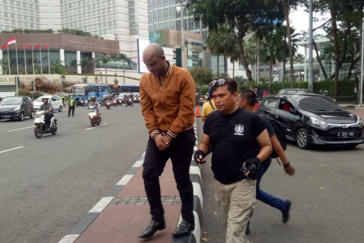 WNA diamuk massa lantaran mengendarai mobil dengan melawan arus, Thamrin, Jakarta Pusat, Rabu (15/5/2019)
