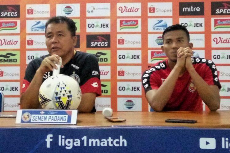 Pelatih Semen Padang, Syafrianto Rusli dan  Kiper Semen Padang Teja Paku Alam saat jumpa pers di Stadion Maguwoharjo, Sleman, Jumat (24/05/2019)