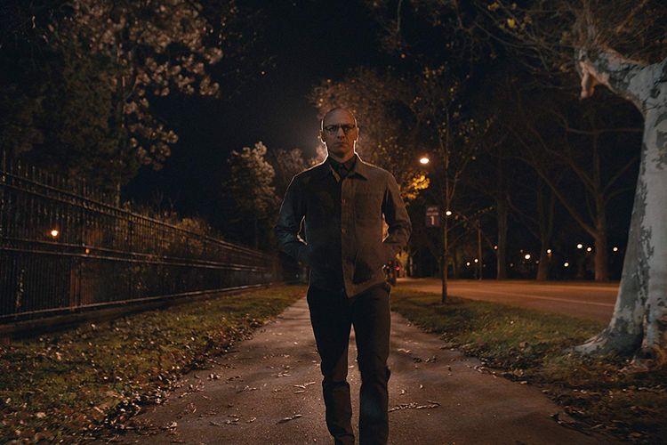 Aktor James McAvoy saat memerankan tokoh Kevin Wendell Crumb dalam film Split (2016). Film ini disebut sebagai adaptasi atas kisah nyata dan novel 24 Wajah Billy yang merupakan kisah nyata di Amerika Serikat.