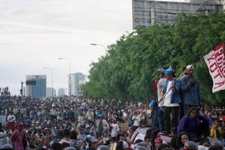 Ribuan mahasiswa yang hendak berunjuk rasa di Gedung MPR/DPR Jakarta, hari Senin (9/11/1998), dicegat aparat keamanan. Keinginan untuk bergerak ke Gedung MPR/DPR atau Tugu Proklamasi ditolak aparat, sehingga mereka menggelar orasi dari atas bus yang diparkir menutup jalan tol dan jalan arteri dari Cawang arah Semanggi.